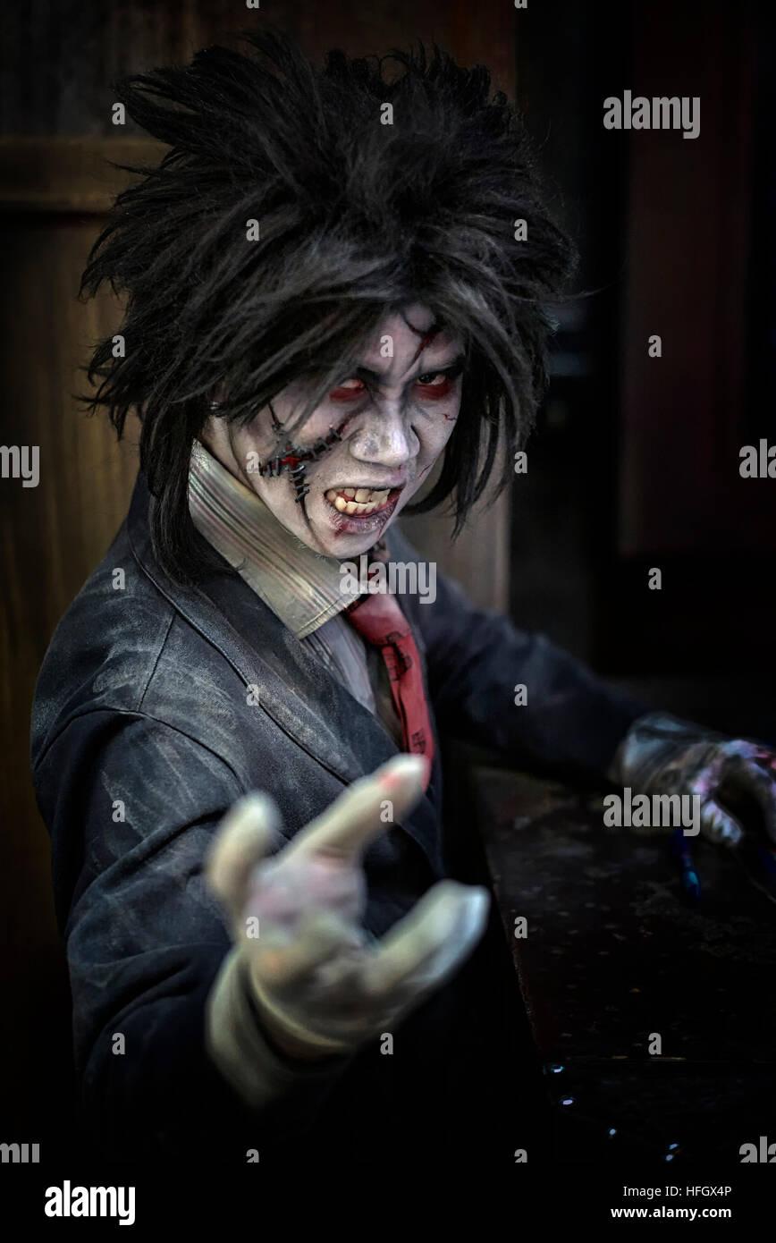 Disfraz de Halloween y hacer de un personaje de zombis. Ripley Creer o No  Creer en Pattaya Tailandia. S. E. Asia 54587bc60250