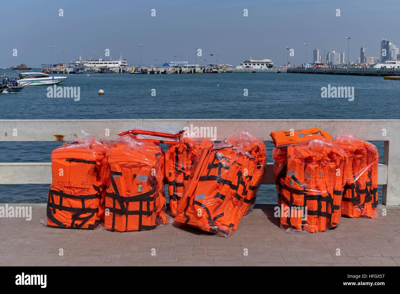Naranja reflectante chalecos salvavidas. Foto de stock