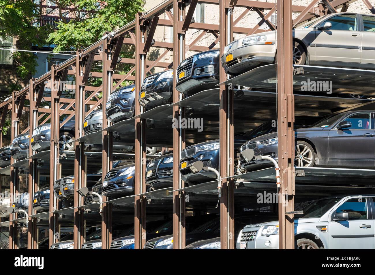 Mecánica vertical aparcamiento apilados en Nueva York, EE.UU. Imagen De Stock