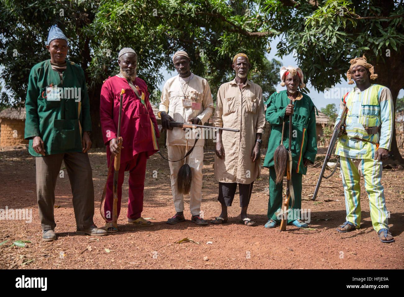 Gbderedou Baranama, Guinea, el 2 de mayo de 2015; un grupo de cazadores de la aldea con sus pistolas. Cazan en el Imagen De Stock