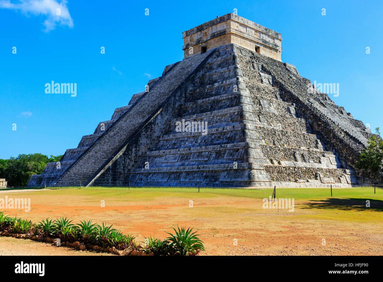 La estructura central del Castillo, en el antiguo templo Maya de Chichen Itza, Yucatán, México Imagen De Stock