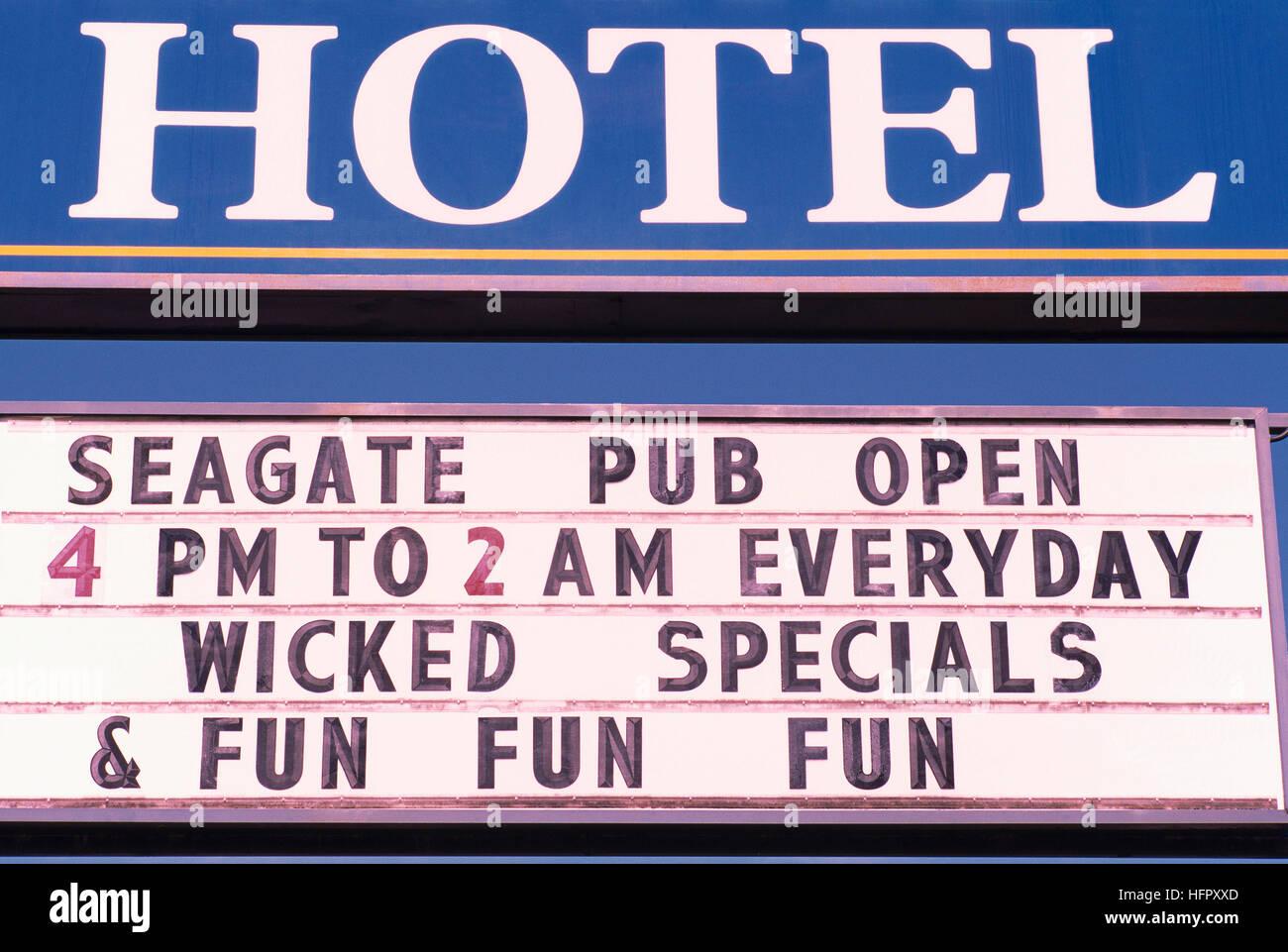 Hotel PUBLICIDAD FIRME Seagate pub abierto cada día - Wicked ofertas y divertido anuncio de entretenimiento Imagen De Stock