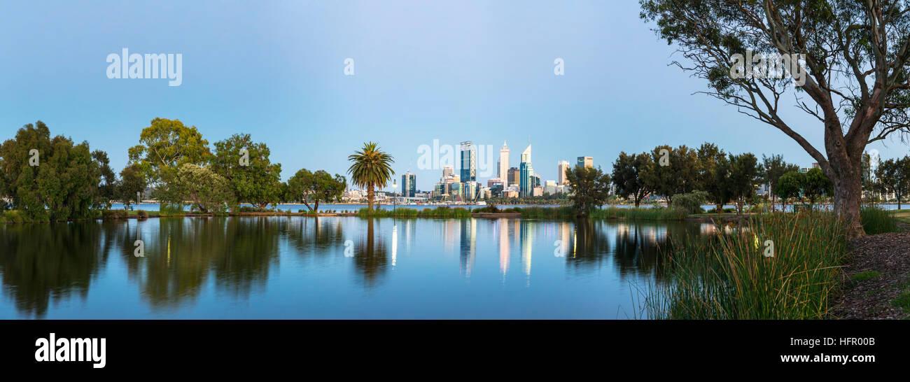 Vistas de St James Mitchell Park y al río Swan en el horizonte de la ciudad al atardecer, Perth, Australia Occidental, Foto de stock