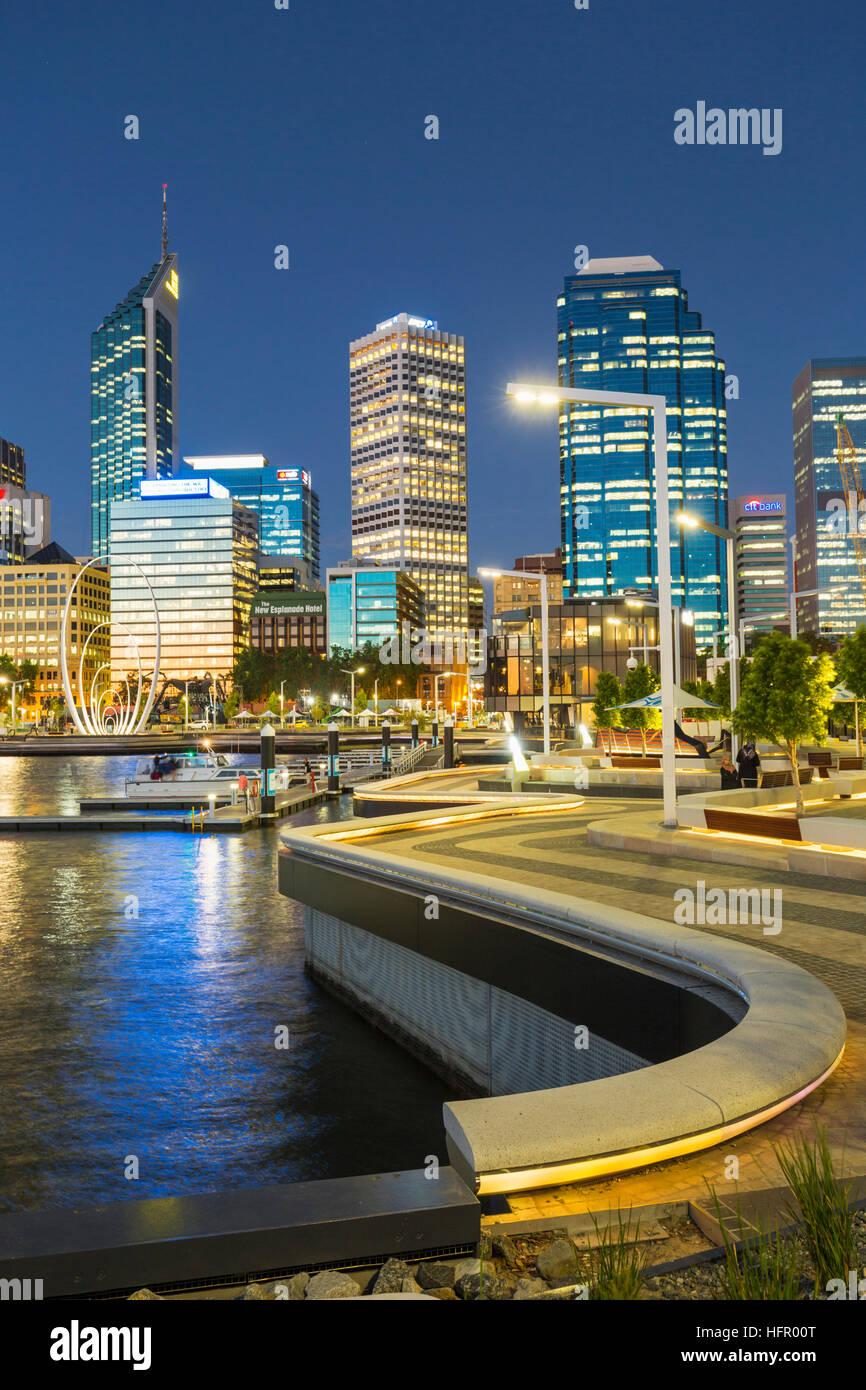 El recinto del Waterfront Quay en twilght Elizabeth iluminado con el horizonte de la ciudad más allá, Imagen De Stock
