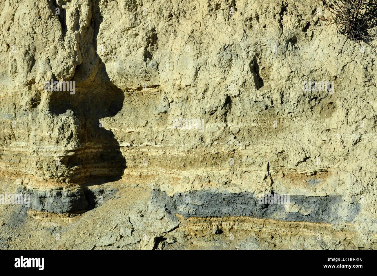 Capas de tierra con ceniza paleontológico Imagen De Stock