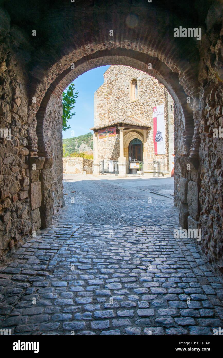 Iglesia de Santa María del Castillo desde la puerta medieval. Buitrago del Lozoya, provincia de Madrid, España. Imagen De Stock