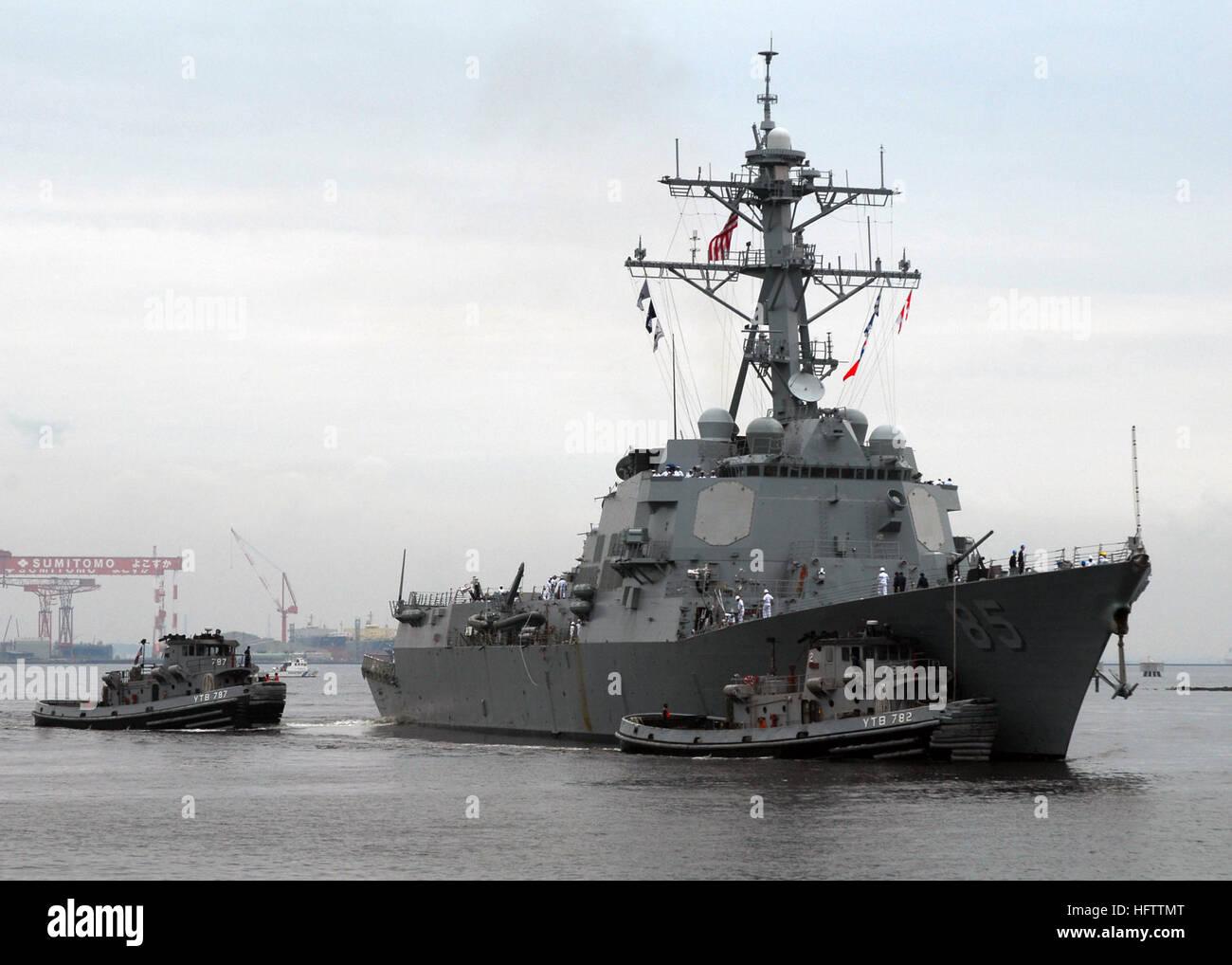 070709-N-2638R-001 Yokosuka, Japón (Julio 9, 2007) Ð grandes remolcadores USS YTB Kittanning (787) y el USS YTB Manistee (782) asistir a clase Arleigh Burke de misiles guiados destructor USS McCampbell (DDG 85) como ella tira en las actividades de la flota Comandante Yokosuka (CFAY). USS McCampbell fue acogido como la más reciente adición a las fuerzas desplegadas en CFAY. U.S Navy foto por comunicación de masas marinero especialista Bryan Reckard (liberado) US Navy 070709-N-2638R-001 Grandes remolcadores USS YTB Kittanning (787) y el USS YTB Manistee (782) asistir a clase Arleigh Burke de misiles guiados destructor USS McCampbell (DDG 85) Foto de stock
