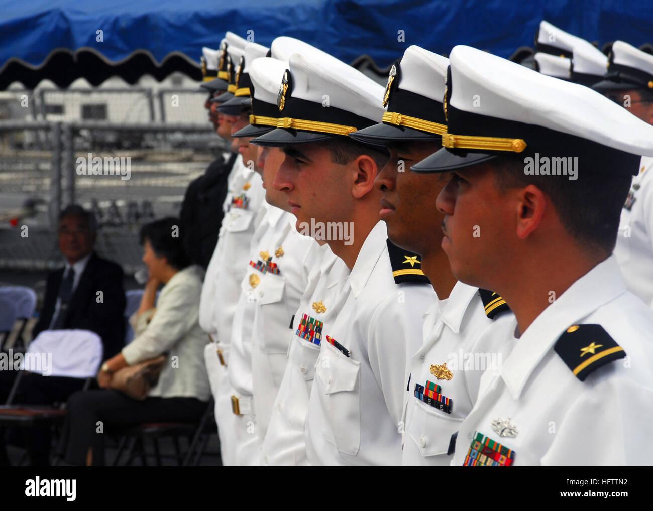 070709-N-2638R-006 Yokosuka, Japón (Julio 9, 2007) - Los marineros asignados a la clase Arleigh Burke de misiles guiados destructor USS McCampbell (DDG 85) stand en filas durante la ceremonia de llegada para el Comandante a bordo del buque de la flota de Yokosuka (CFAY Actividades). USS McCampbell fue acogido como la más reciente adición a las fuerzas desplegadas en CFAY. U.S Navy foto por comunicación de masas marinero especialista Bryan Reckard (liberado) US Navy 070709-N-2638R-006 marineros asignados a la clase Arleigh Burke de misiles guiados destructor USS McCampbell (DDG 85) stand en filas durante la ceremonia de llegada para el buque a bordo del C Foto de stock