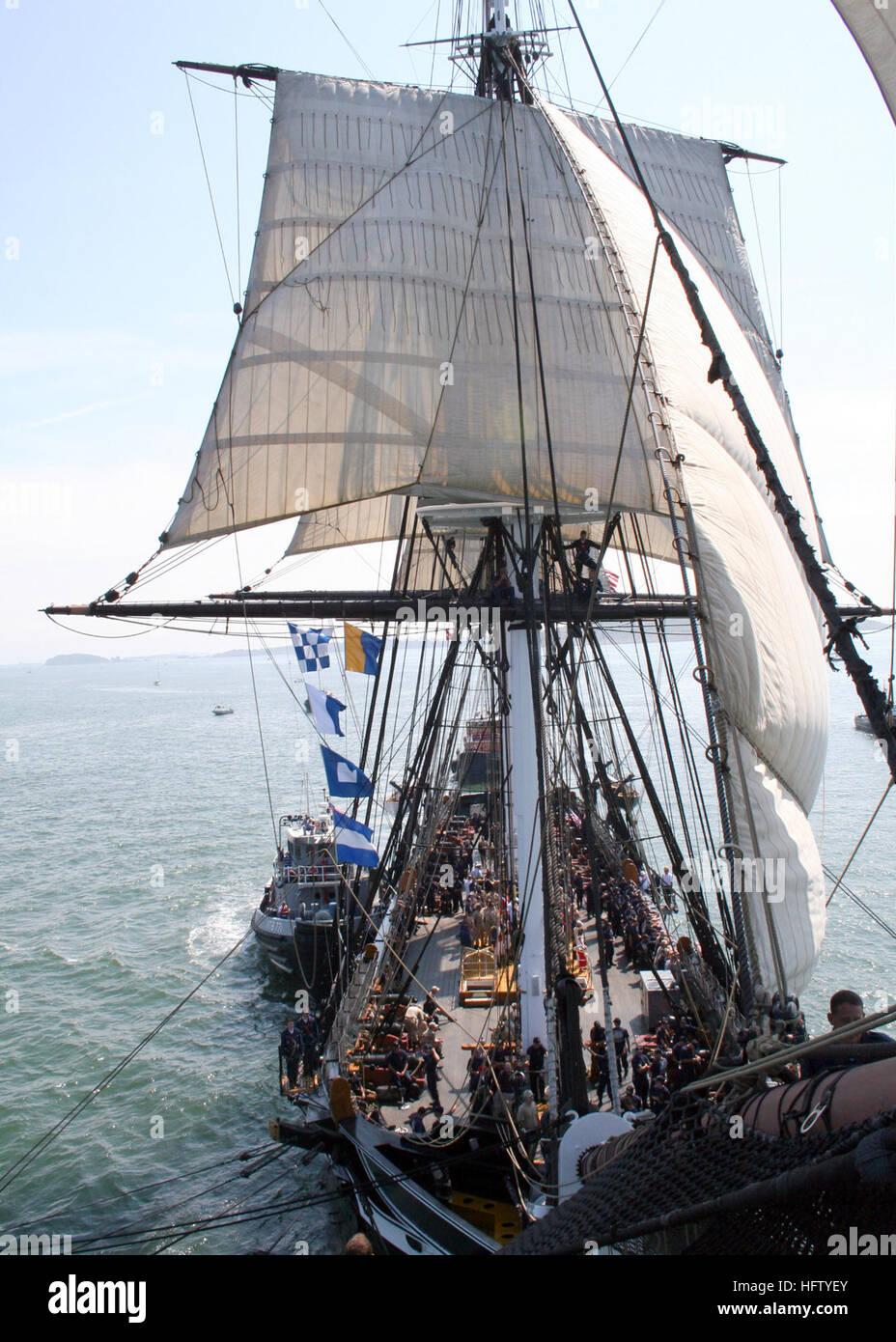 070831-N-9793B-001 al puerto de Boston (Ago. 31, 2007) Ð USS Constitution navega bajo su propio poder, atendida Imagen De Stock