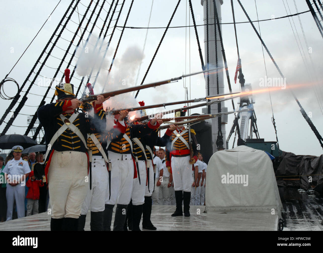 080815-N-9793B-002 Charlestown Navy Yard, Massachusetts (Ago. 15, 2008) Los Marines de 1812 demuestran un fusil Imagen De Stock