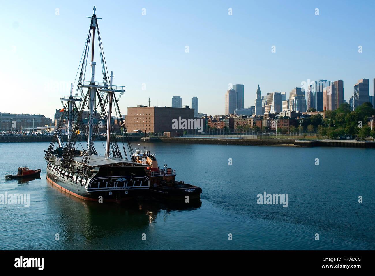 080904-N-0167W-023 al puerto de Boston, Massachusetts (Sept. 4, 2008) USS Constitution es asistido por remolcadores Imagen De Stock