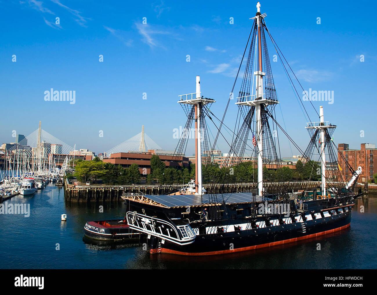 080904-N-0167W-034 al puerto de Boston, Massachusetts (Sept. 4, 2008) USS Constitution es asistido por remolcadores Imagen De Stock