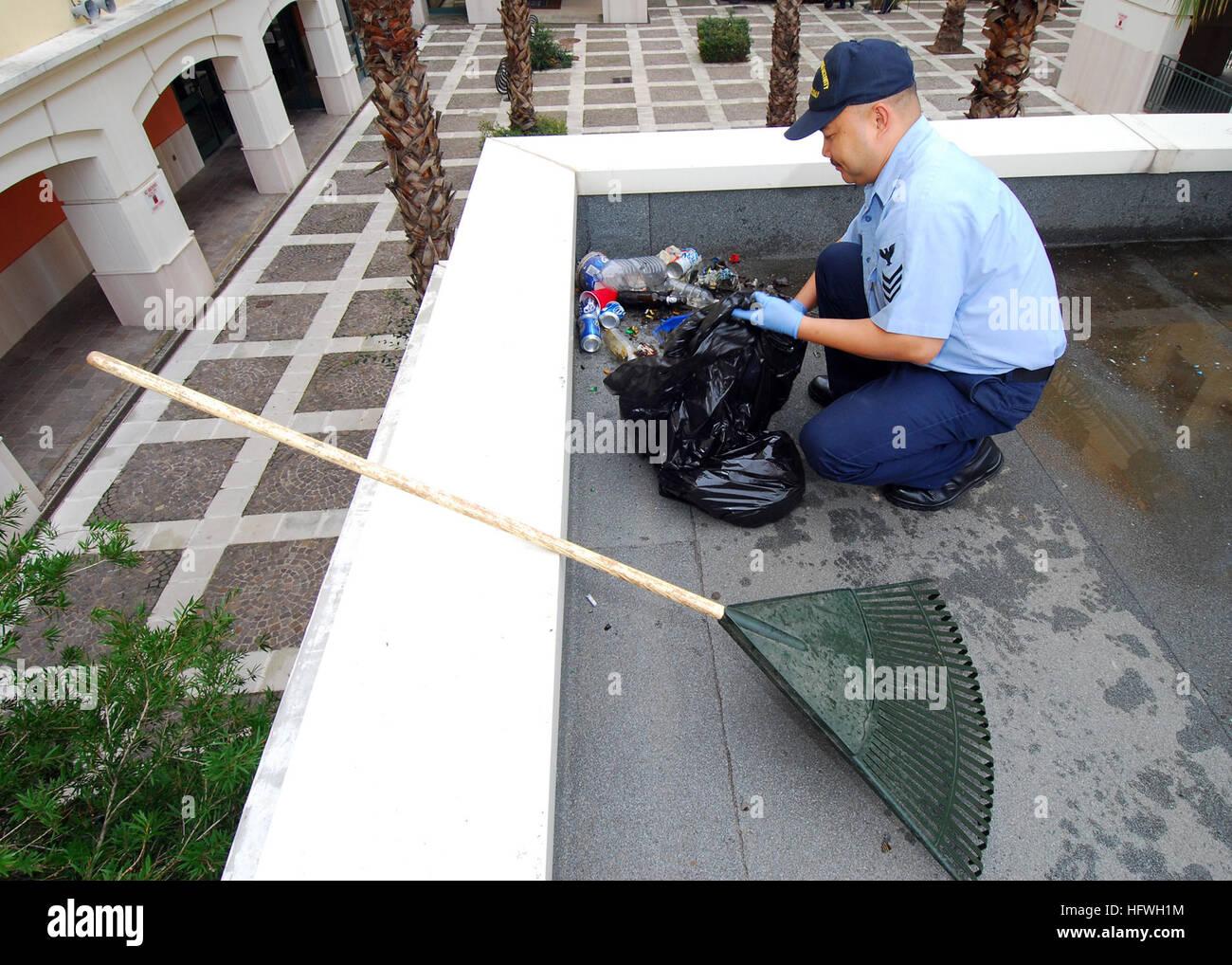 """081107-N-4044H-015 en Nápoles, Italia (Nov. 7, 2008) Especialista culinario de primera clase Gualberto Magdaluyo recoge la basura en un montón para recogedor durante la licenciatura del primer """"caja de limpieza vecinal"""". La limpieza está diseñado para mejorar la calidad de vida de todos los miembros que residen en los cuarteles. (U.S Navy foto por especialista en comunicación de masas 3ª clase Eddie Harrison/liberado) US Navy 081107-N-4044H-015 ulinary especialista de primera clase Gualberto Magdaluyo recoge la basura en un montón para recogida durante la primera caja de licenciatura Foto de stock"""