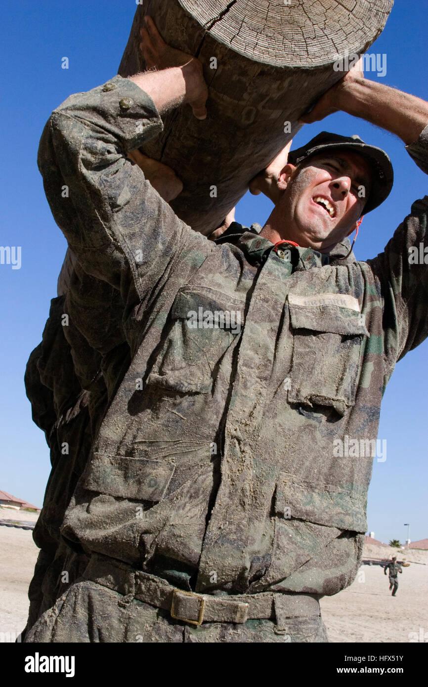 090203-N-7303M-004 Coronado, California (Feb. 3, 2009) Las demoliciones submarinas/SEAL (yemas) estudiantes, trabajar Imagen De Stock
