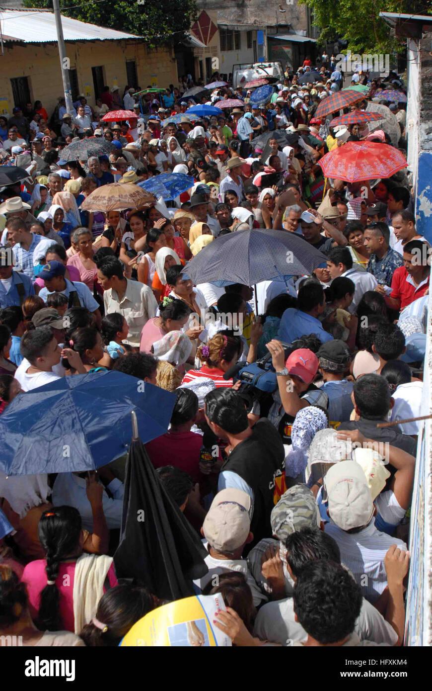 090622-N-6259S-001 La Unión, El Salvador (22 de junio de 2009) Una muchedumbre espera introducir un dispensario Imagen De Stock