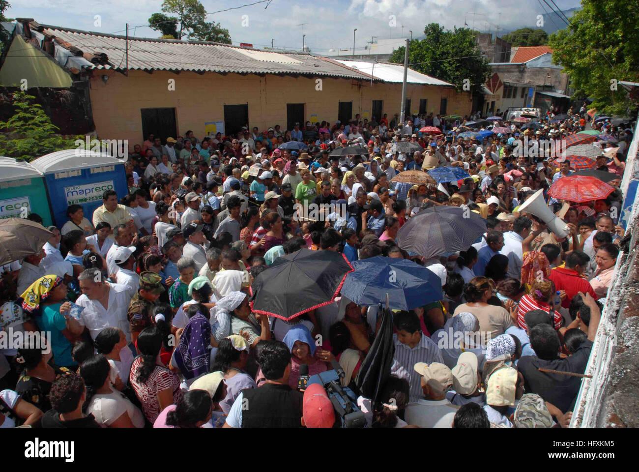 090622-N-6259S-002 La Unión, El Salvador (22 de junio de 2009) Una muchedumbre espera introducir un dispensario Imagen De Stock
