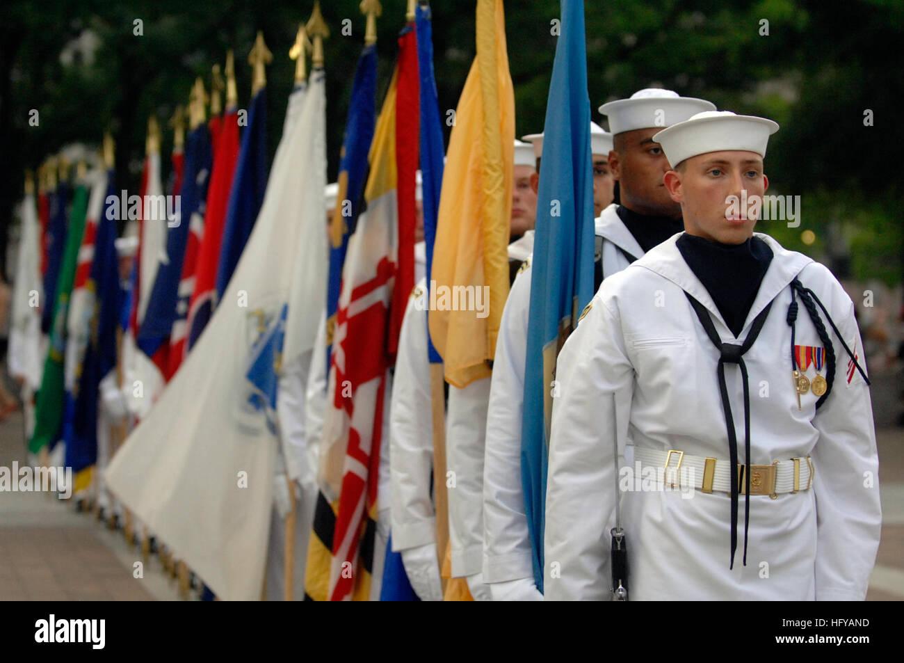 100720-N-4930E-517 (Washington, 20 de julio de 2010) Los miembros de la Marina de los EE.UU. espera la Guardia Ceremonial Foto de stock