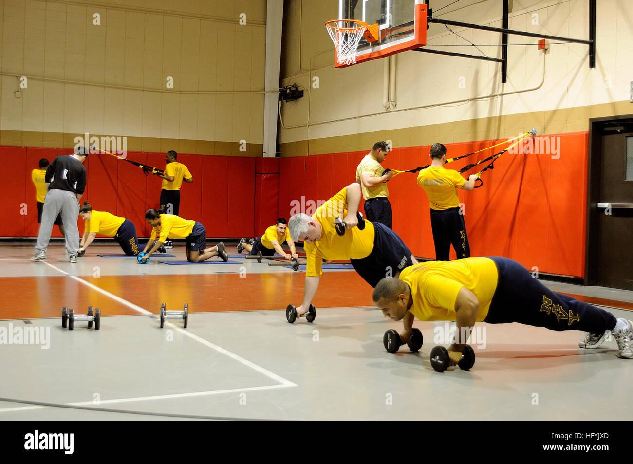 110128-N-6999H-042 Charleston, Carolina del Sur (Ene. 28, 2011) Los Navegantes participar en circuitos de entrenamiento Imagen De Stock