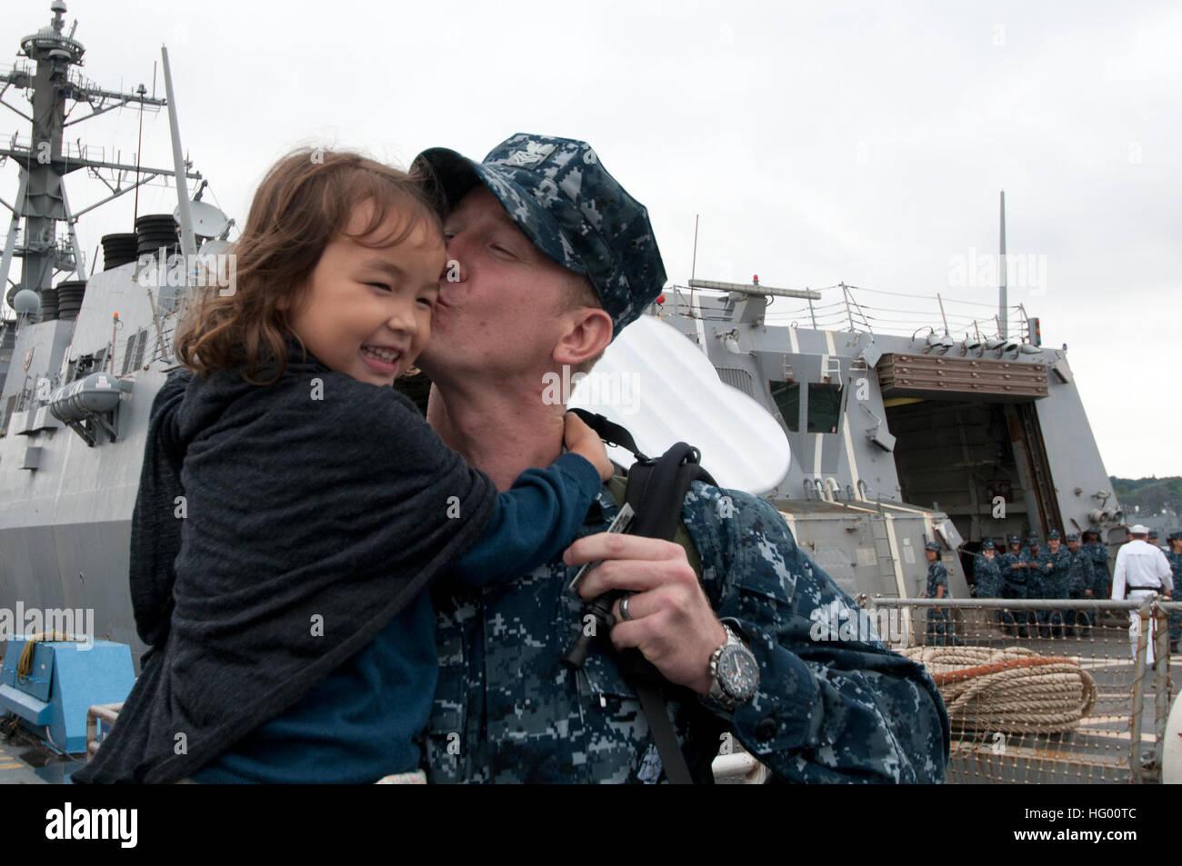 110822-N-SF508-046 Yokosuka, Japón (Ago. 22, 2011), Técnico de sistemas de información de primera clase Christopher Binnings, desde New Orleans, asignados a la clase Arleigh Burke de misiles guiados destructor USS McCampbell (DDG 85), besa a su hija tras regresar a comandante, actividades de la flota de Yokosuka desde una patrulla de verano. McCampbell es asignado al Escuadrón destructor (DESRON 15) y está desplegada a Yokosuka, Japón. (Ee.Uu. Navy photo by Mass Communication Specialist 3ª clase Charles Oki/liberado) US Navy 110822-N-SF1508-046 Christopher Binnings besa a su hija tras un largo, patrulla de verano Foto de stock