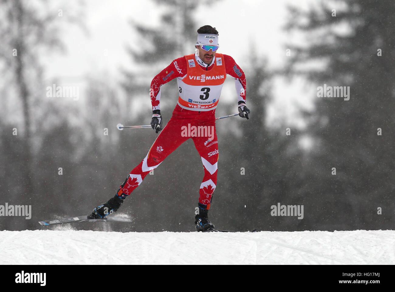 Oberstdorf, Alemania. 04 ene, 2017. Alex Harvey de Canadá esquís durante la carrera de persecución de hombres durante la FIS Tour de Ski en Oberstdorf, Alemania, 04 de enero de 2017. El Tour de Ski está teniendo lugar el 03 y 04 de enero de 2017 en Oberstdorf. Foto: Karl-Josef Hildenbrand/dpa/Alamy Live News Foto de stock