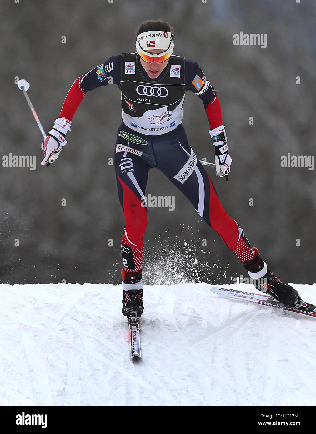 Oberstdorf, Alemania. 04 ene, 2017. Heidi Weng de Noruega esquís en la carrera de persecución de mujeres durante la FIS Tour de Ski en Oberstdorf, Alemania, 04 de enero de 2017. El Tour de Ski está teniendo lugar el 03 y 04 de enero de 2017 en Oberstdorf. Foto: Karl-Josef Hildenbrand/dpa/Alamy Live News Foto de stock