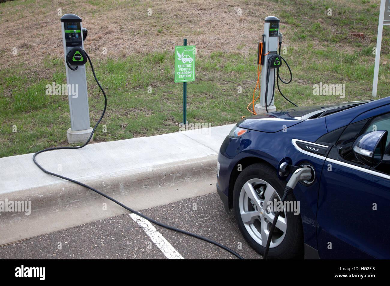 Carga de la batería de un coche eléctrico Chevy Volt en gran río sede energía parking. Maple Imagen De Stock