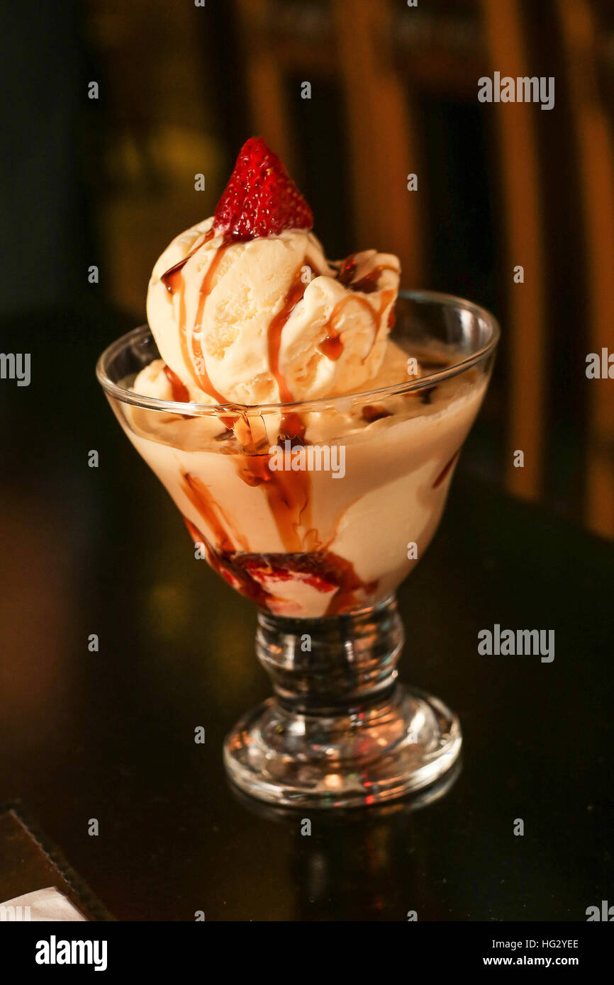 Copa de helado con sabor a fresa Imagen De Stock