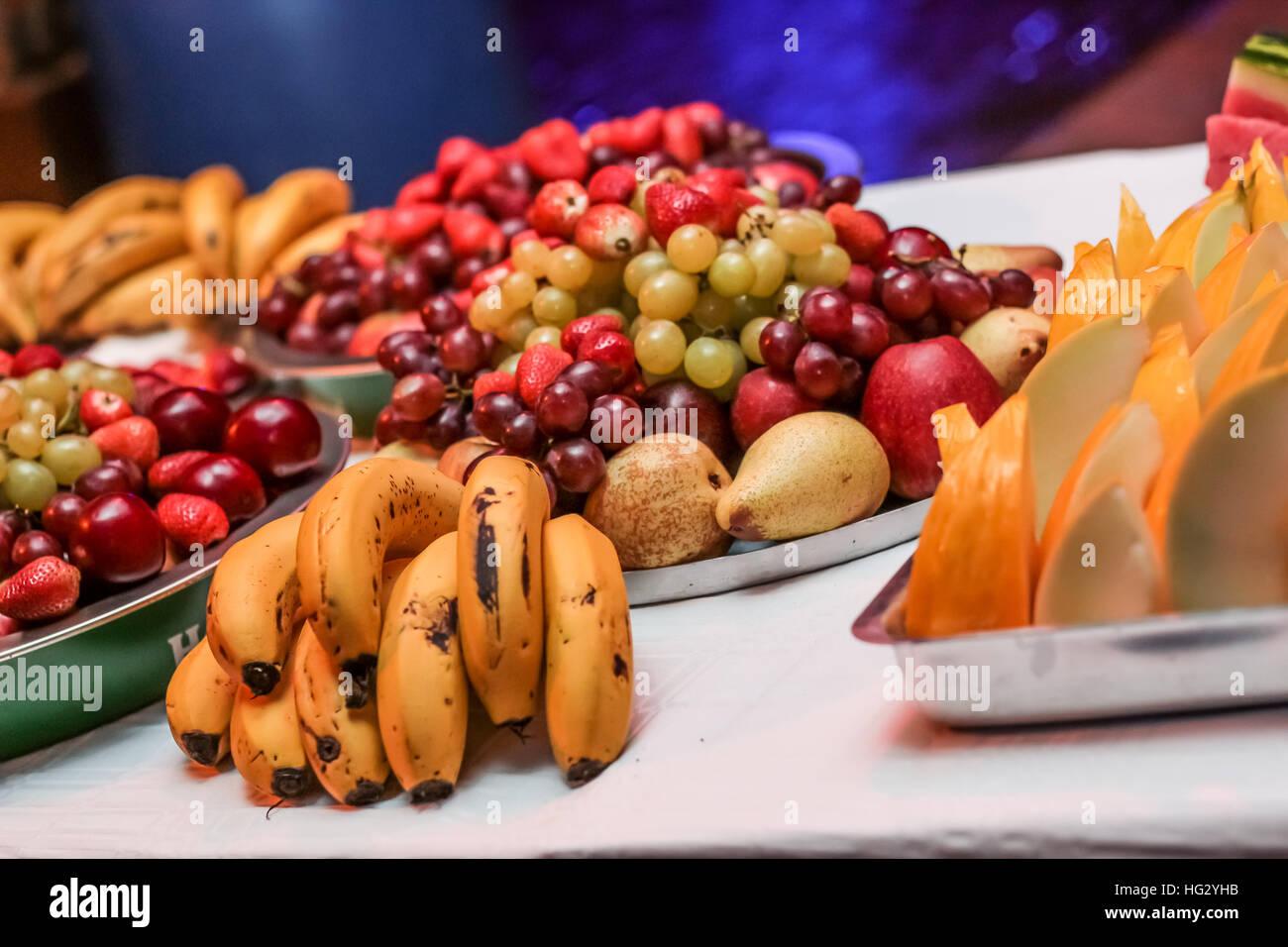 Diversos frutos en la mesa Imagen De Stock