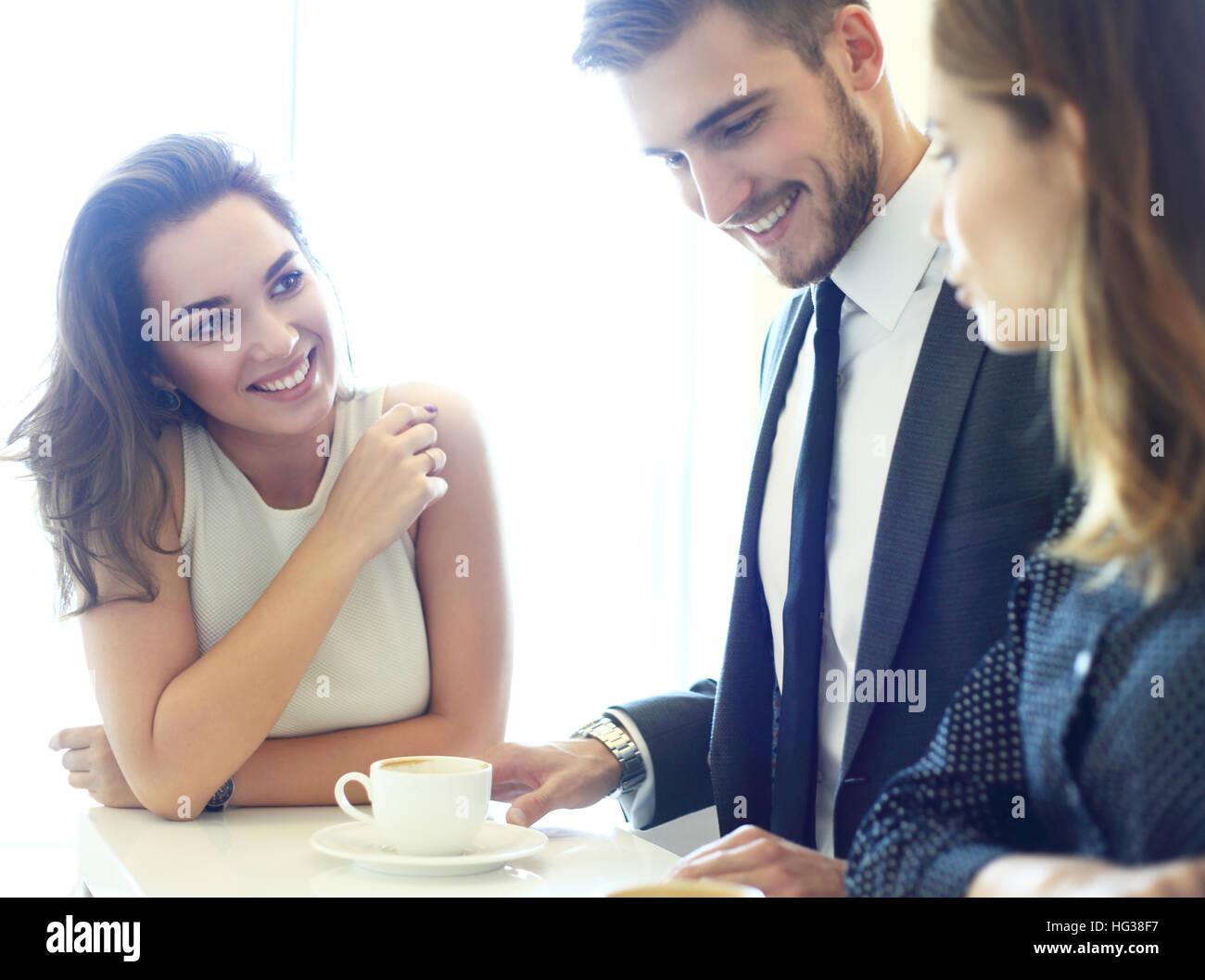 Reunión de negocios en un café Imagen De Stock