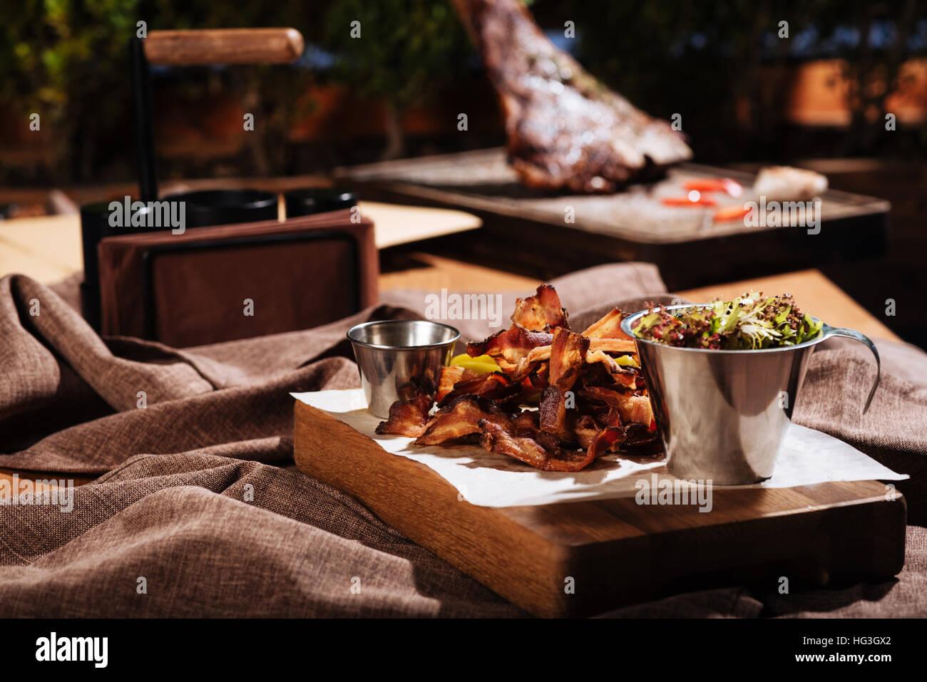 Bacon y ensalada de pie en la sala de restaurante Imagen De Stock