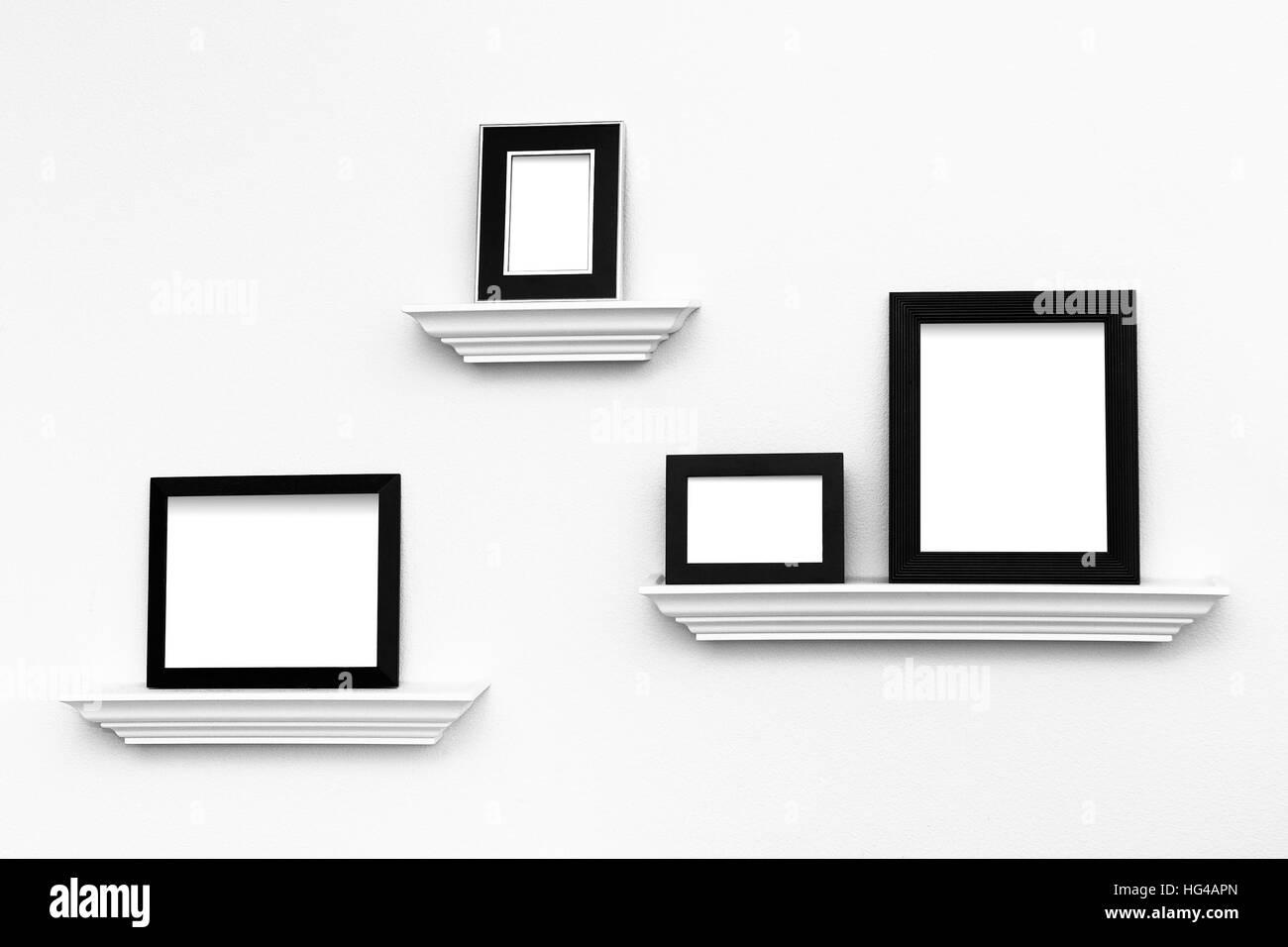 Varios marcos de imagen en blanco y negro en las cornisas de la ...