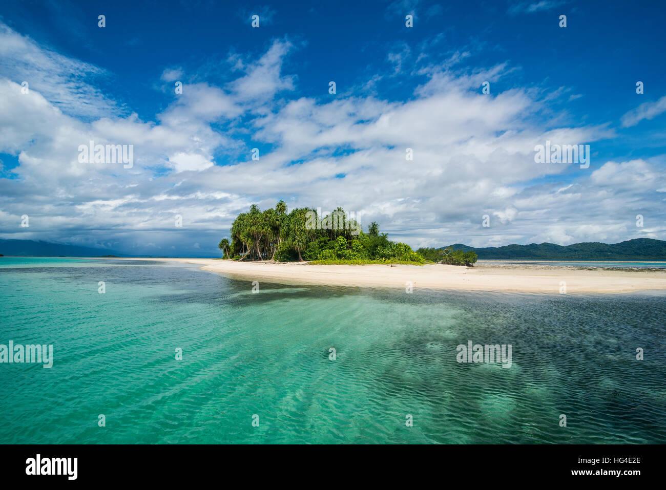Aguas color turquesa y la playa de arena blanca, Isla Blanca, Buka, Bougainville, Papua Nueva Guinea, el Pacífico Foto de stock