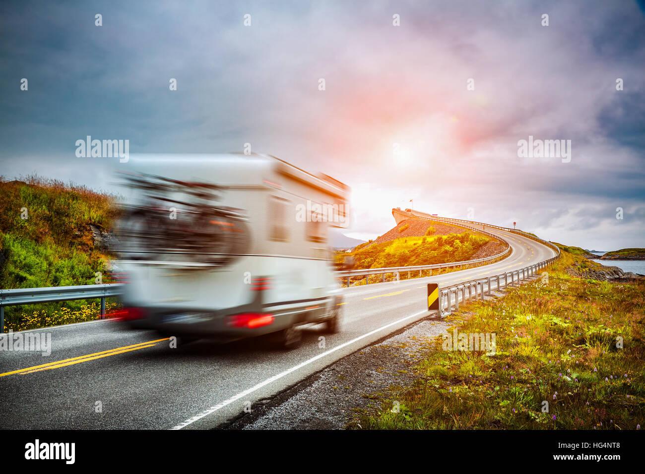 Coche caravana viaja por la autopista. Alquiler de caravanas en el desenfoque de movimiento. Noruega. Carretera Imagen De Stock