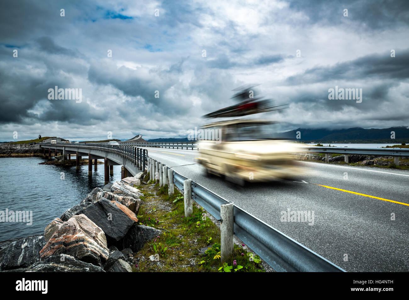 Viaja en coche de la autopista. Alquiler de caravanas en el desenfoque de movimiento. Noruega. Carretera del Océano Imagen De Stock