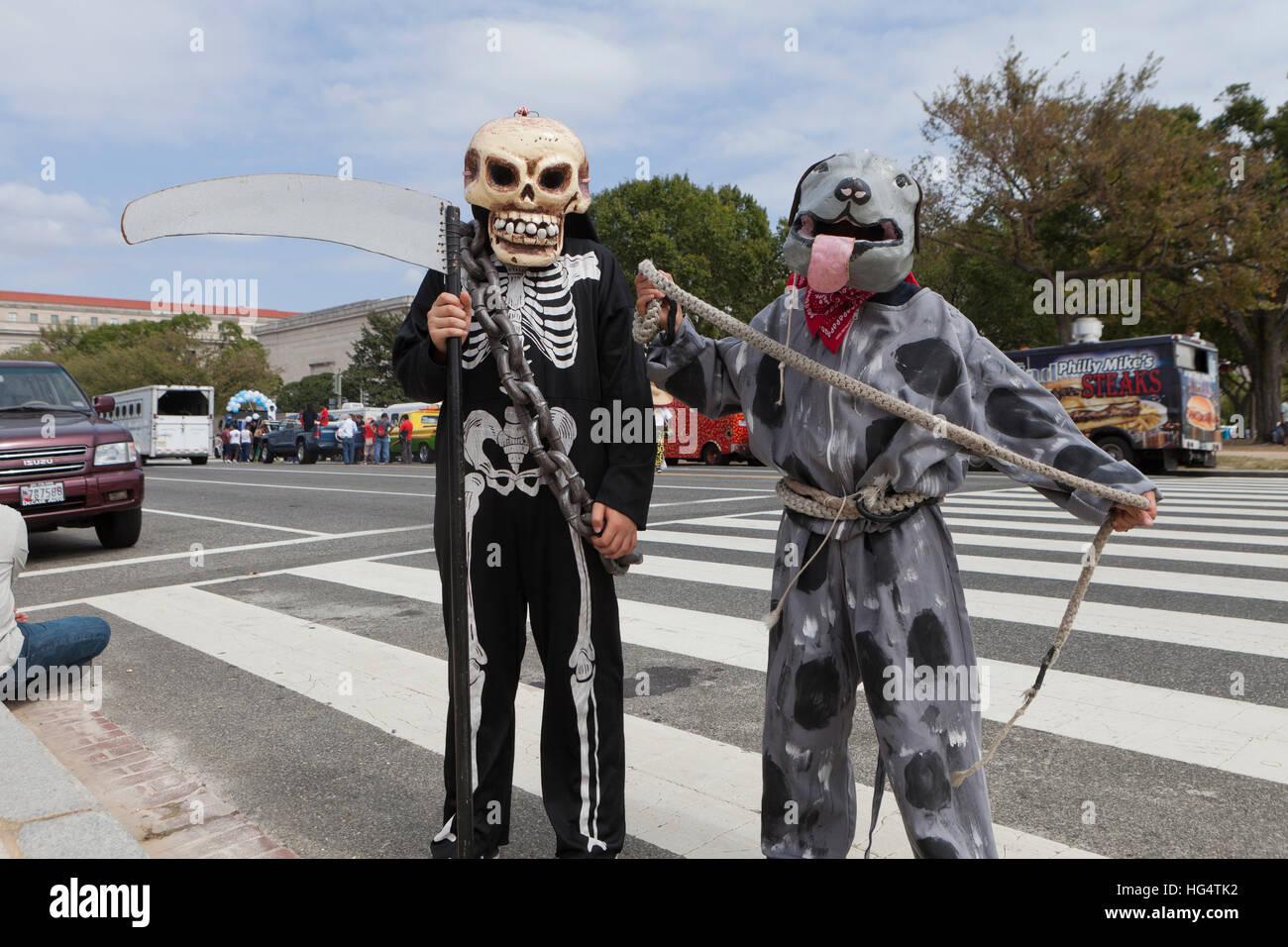 La Danza de los Diablos (la danza de los Diablos) participantes en el Festival Latino - Washington, DC, EE.UU. Imagen De Stock