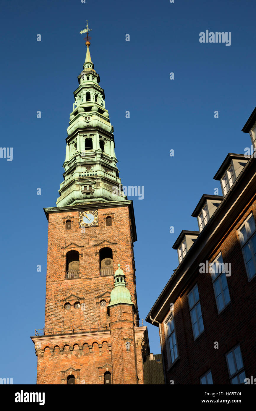 Dinamarca, Copenhague, Admiralgade, espira de antiguo la iglesia San Nicolás, ahora St Nicolaj Kunsthal Centro de Arte Contemporáneo Foto de stock