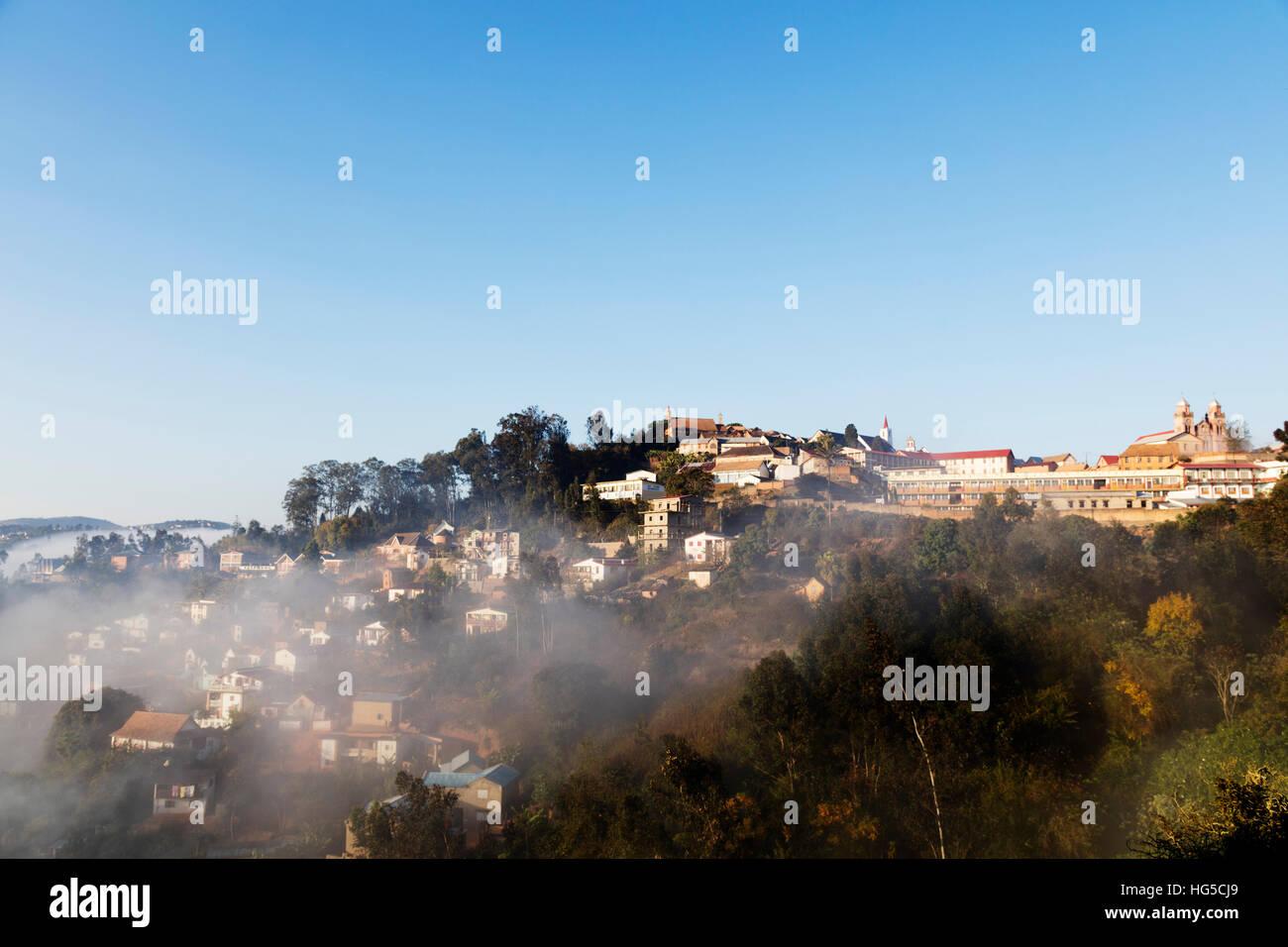 Fianarantsoa, temprano en la mañana la niebla sobre la Haute Ville, casco antiguo, zona central Foto de stock
