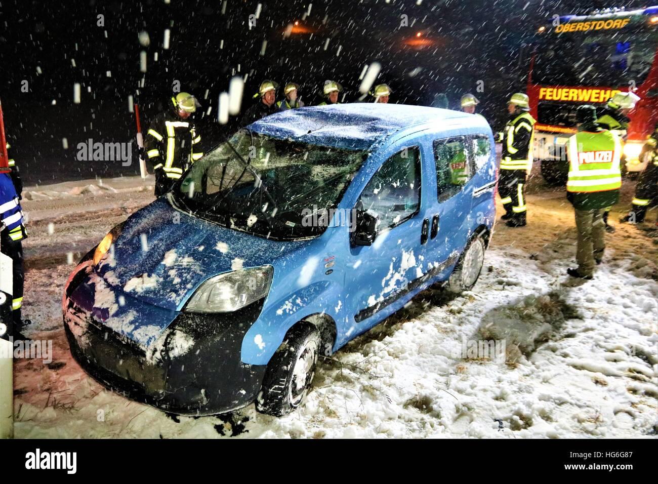Oberstdorf, Alemania. 04 ene, 2017. Los bomberos recuperaron stand by un coche después de un accidente de tráfico cerca de Oberstdorf, Alemania, 04 de enero de 2017. El conductor del vehículo se desvió de la carretera durante las nevadas y cayeron en un arroyo. Él fue capaz de liberarse del vehículo y sólo tenían lesiones leves. Foto: Benjamin Liss/dpa/Alamy Live News Foto de stock