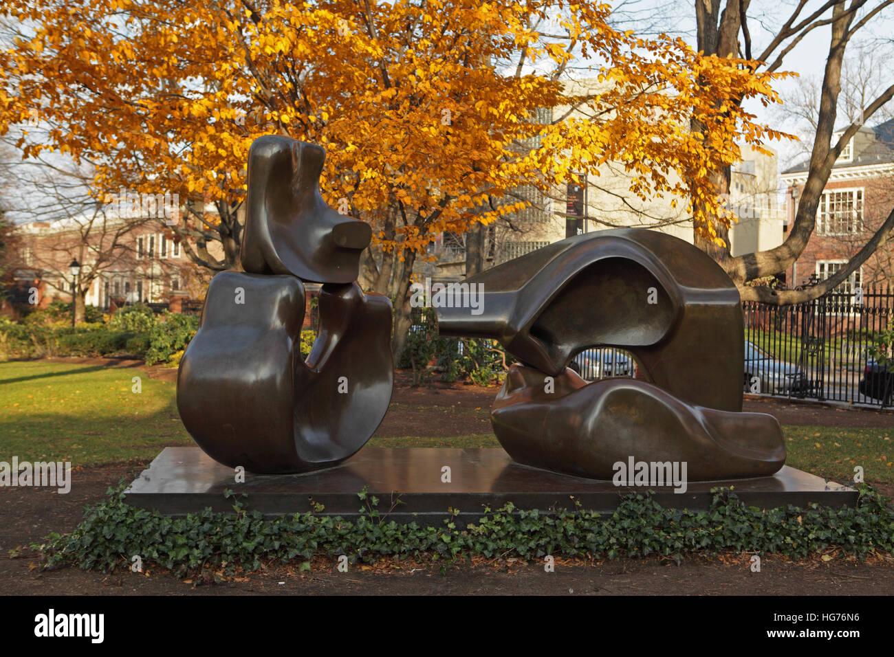 El campus de la Universidad de Harvard en una mañana de otoño. Estatua de Henry Moore titulado figura Imagen De Stock