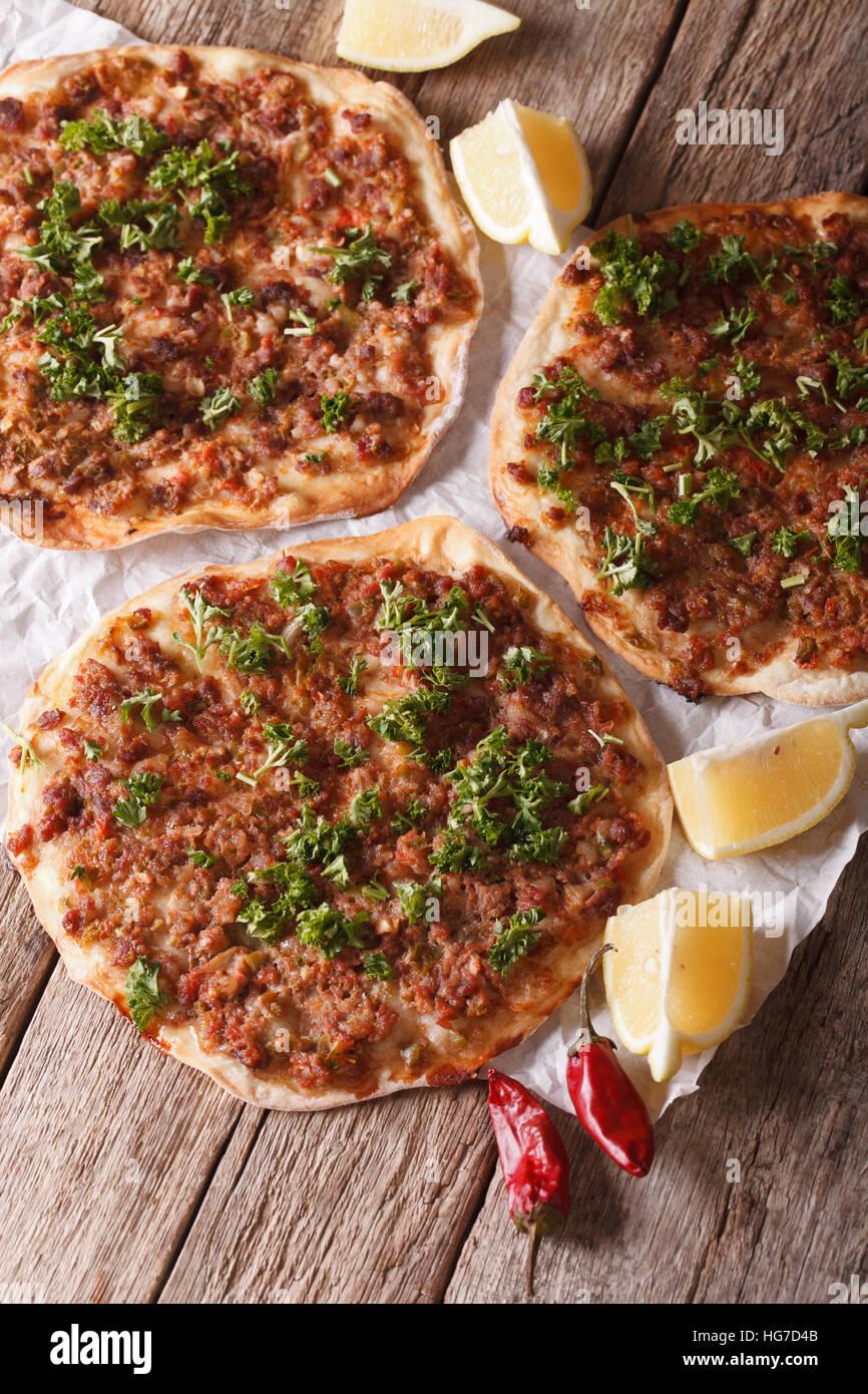 Comida turca: lahmacun closeup sobre una tabla de madera verticales. Imagen De Stock