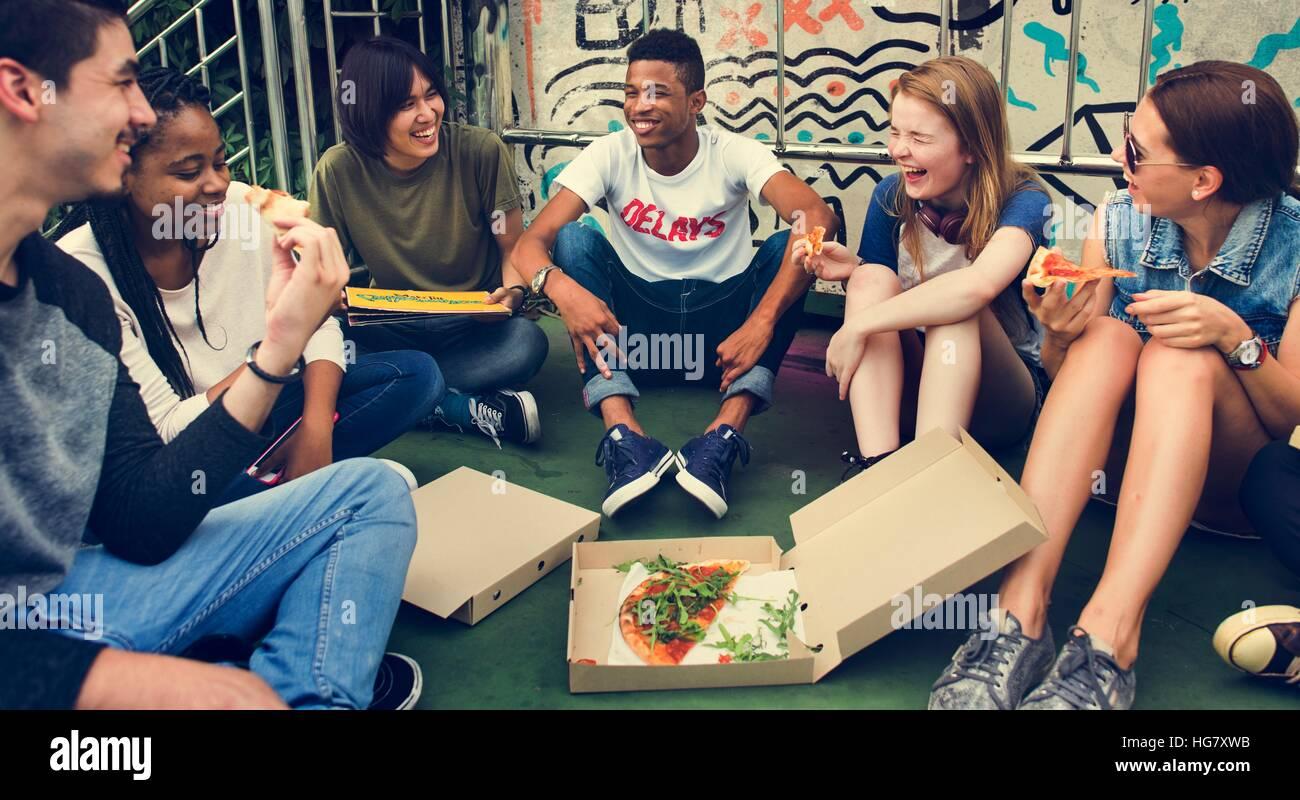 La gente amistad compañerismo comer pizza el concepto de cultura juvenil Imagen De Stock