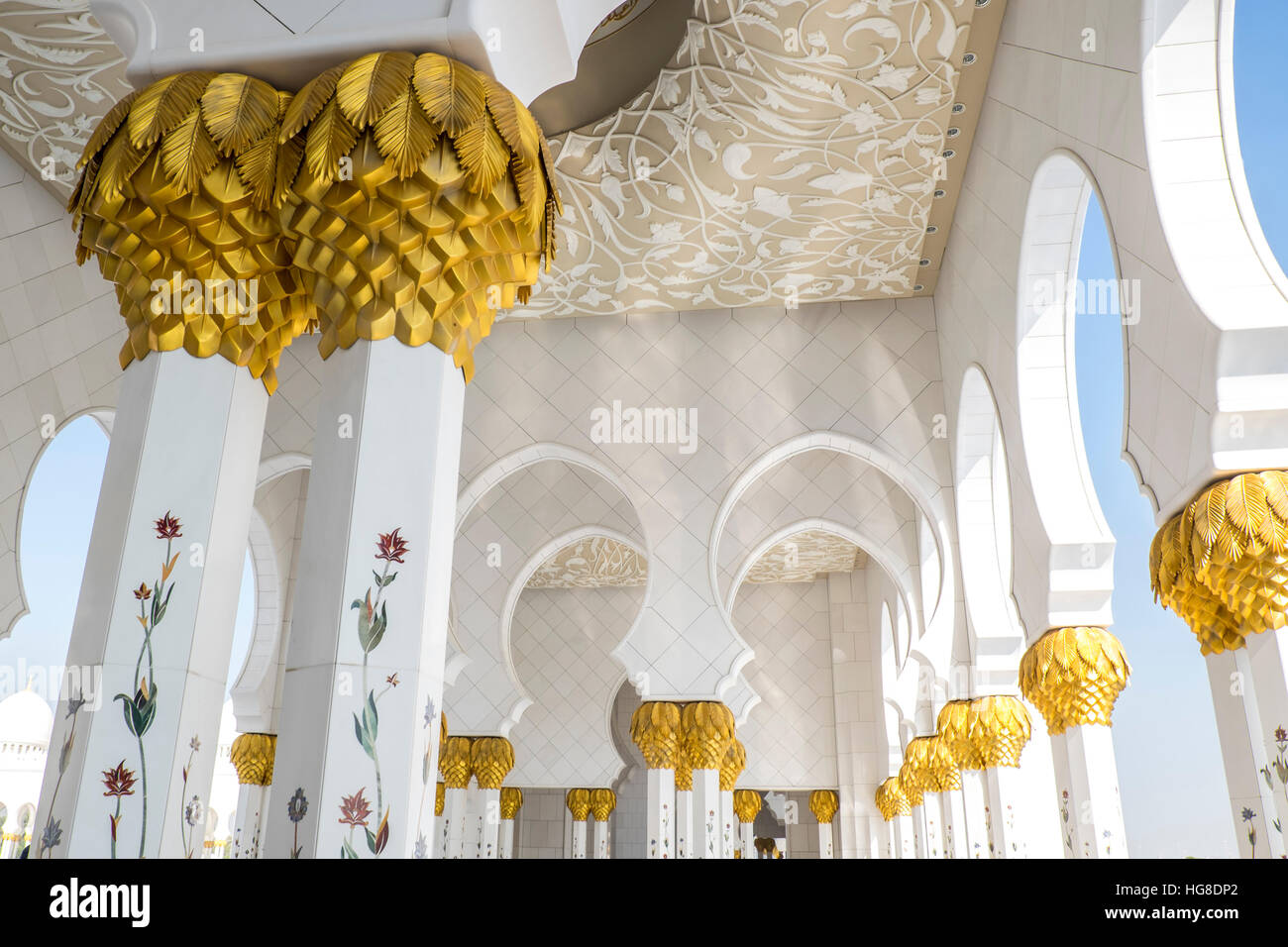 Ángulo de visión baja de la Mezquita Sheikh Zayed Imagen De Stock