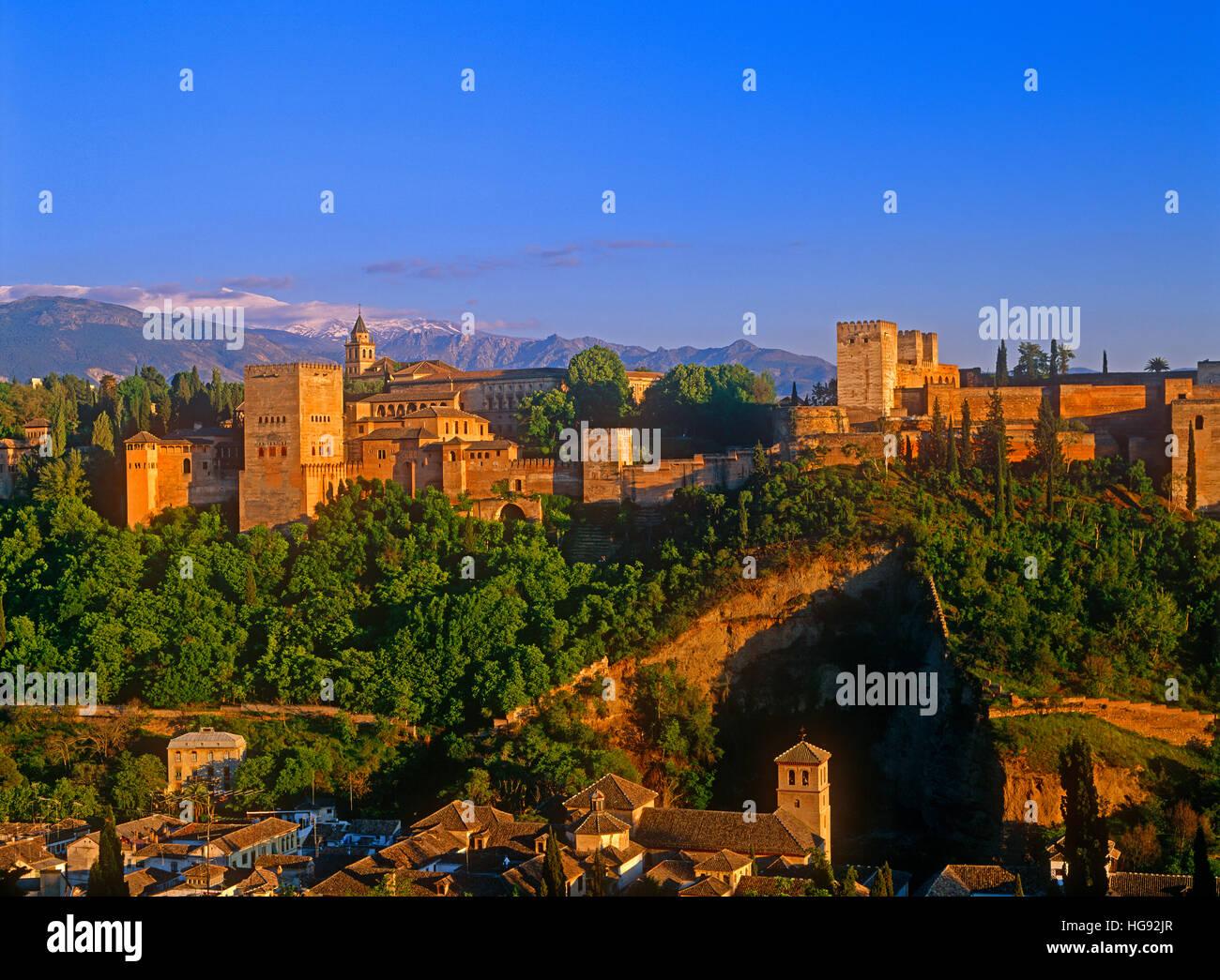 Palacio de la Alhambra y las montañas de Sierra Nevada, Granada, Andalucía, España. Imagen De Stock