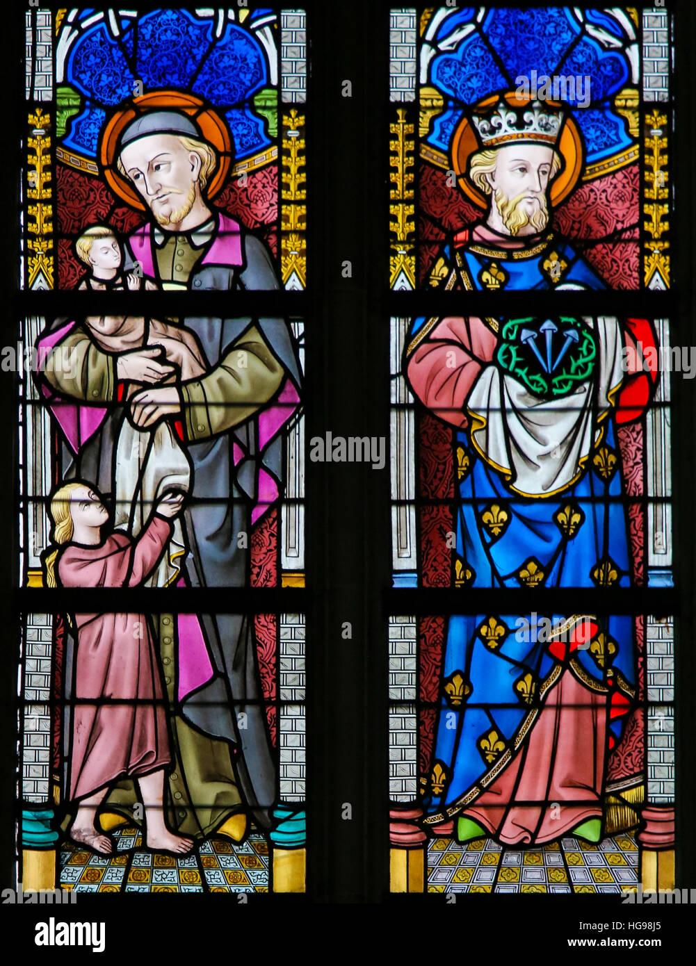 Vidriera representando a San Vicente de Paúl y San Luis IX de Francia en la Catedral de San Bavón en Gante, Bélgica. Foto de stock