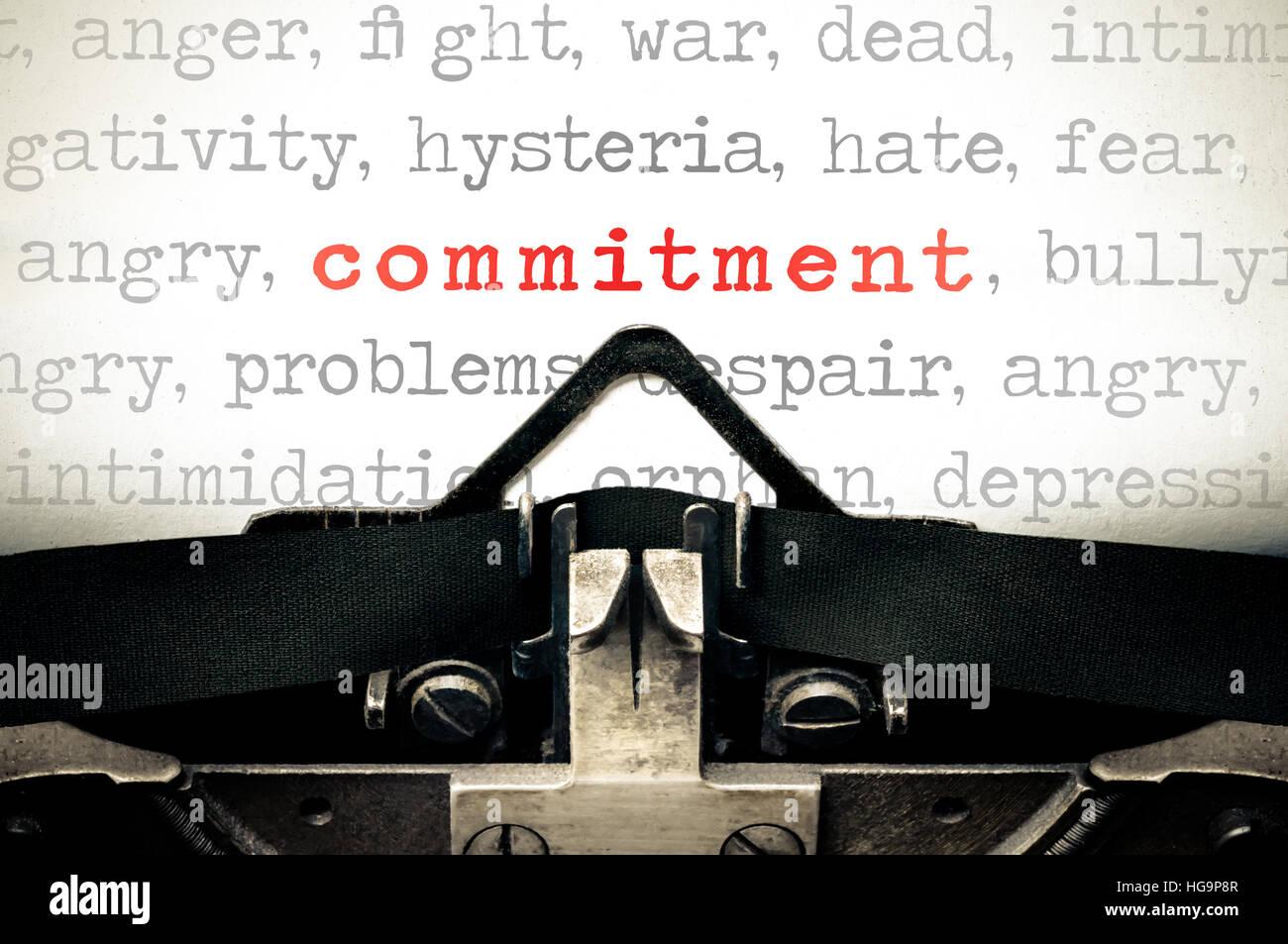 Máquina de escribir un mensaje escrito con la palabra compromiso Imagen De Stock