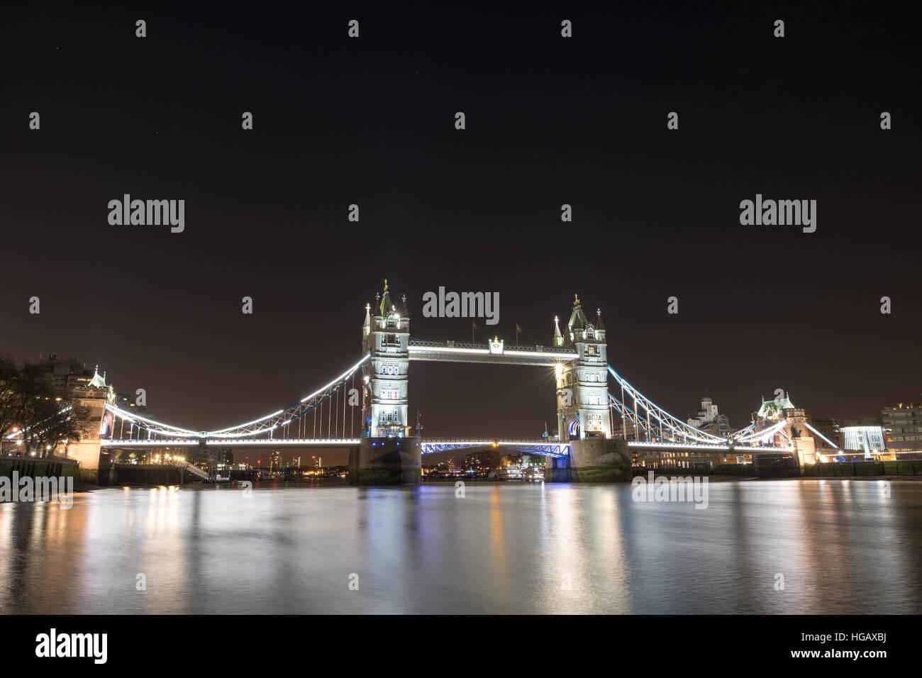 Puente de la torre en la noche - la larga exposición Foto de stock