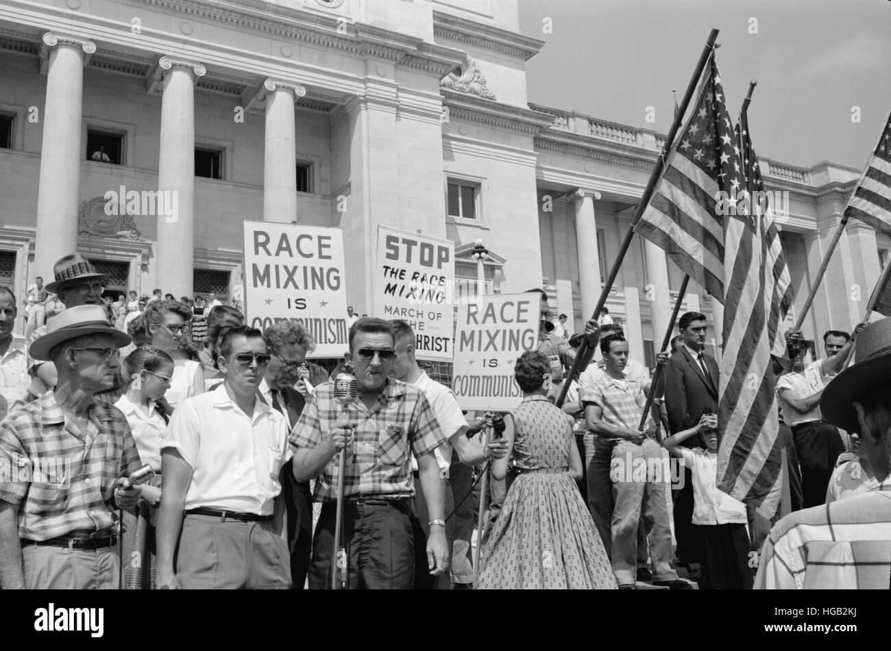 Un grupo de personas rally en Washington, D.C., en protesta por la admisión de los Nueve de Little Rock, 1959. Imagen De Stock