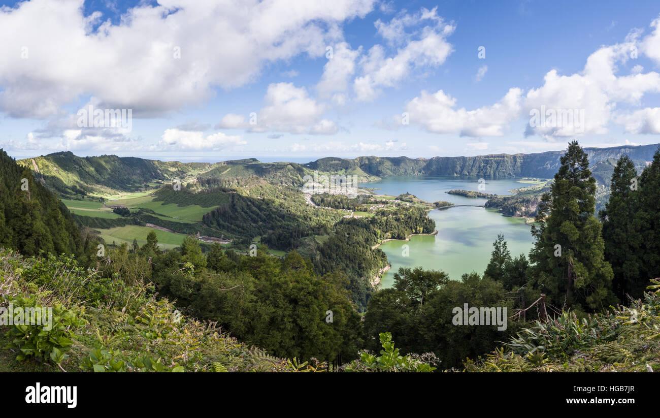 Sete Cidades Lagos Caldeiras y el valle. Un panorama de la ciudad de Sete Cidades, Lagoa Azul, Lagoa Verde y el Imagen De Stock