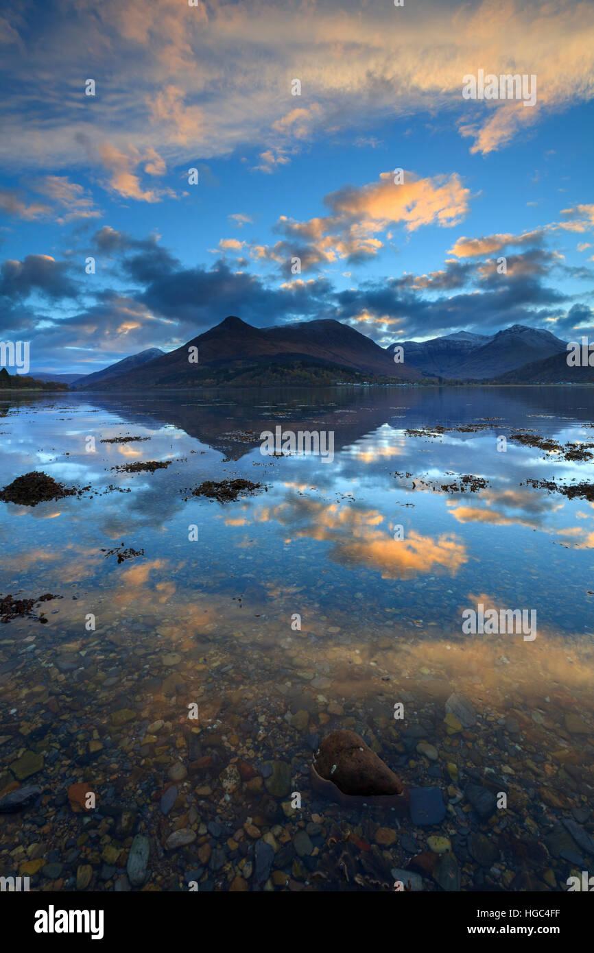 Amanecer capturado desde la orilla norte de Loch Leven en las Highlands escocesas con el PAP de Glencoe en la distancia. Imagen De Stock