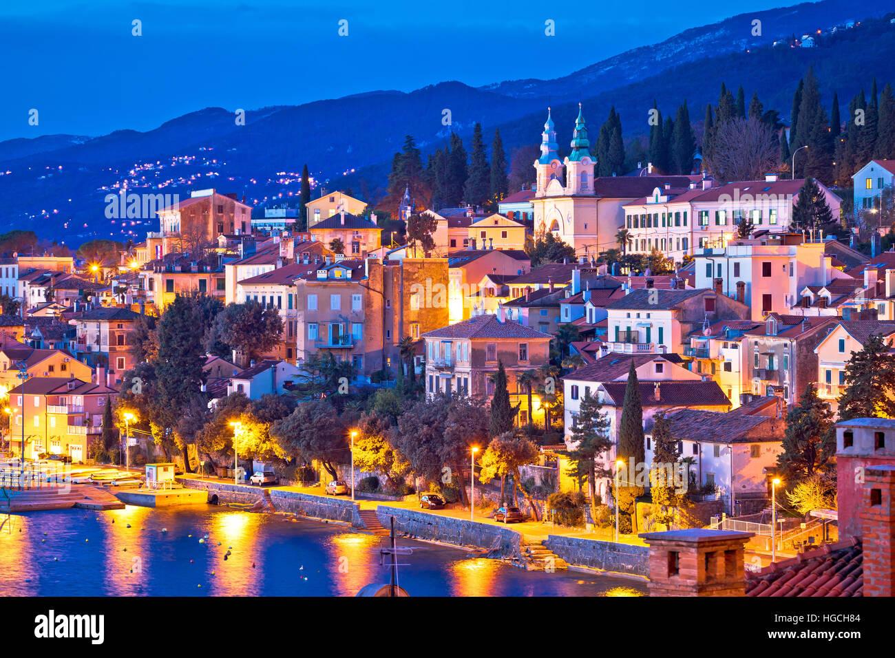 Ciudad de Volosko noche waterfront ver riviera de Opatija, Croacia Foto de stock